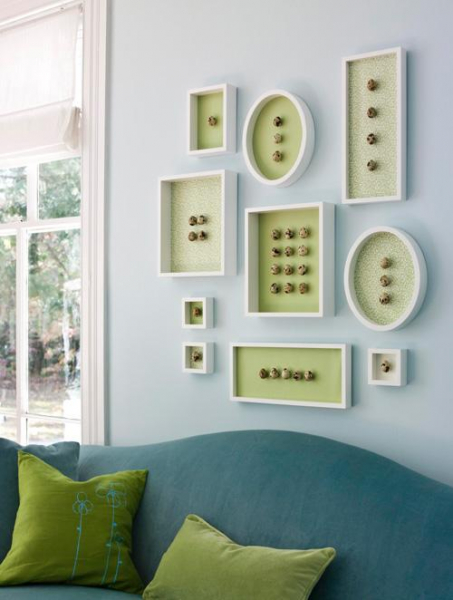 Декор стен композициями в рамках в фото