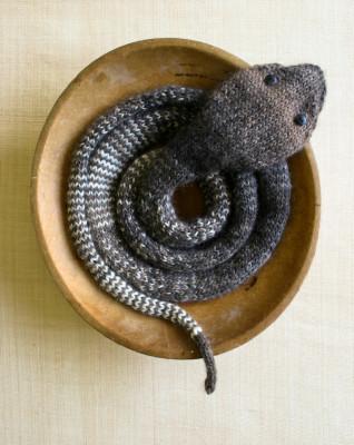 Декоративная вязаная змея в фото