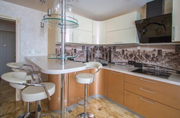 Дизайн совмещенной кухни-гостиной с барной стойкой