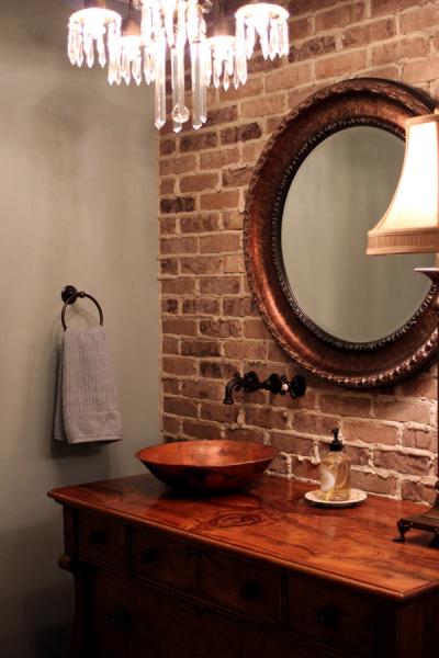 Кирпичная стена в дизайне интерьера ванной комнаты в фото