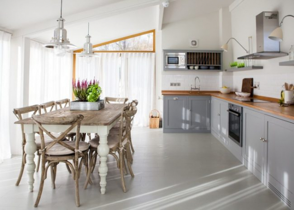 Кухня-столовая в частном доме: секреты зонирования и практические советы по декору