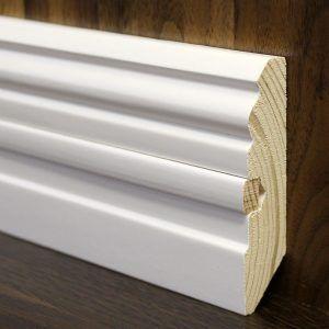 Напольный белый плинтус: простое и оригинальное решение в интерьере в фото
