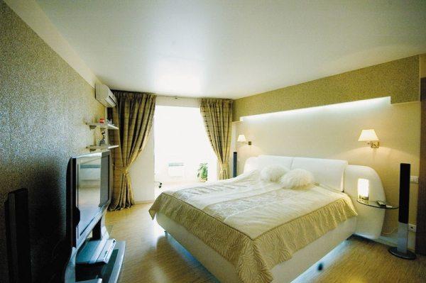 Натяжные потолки в спальне – отличное решение