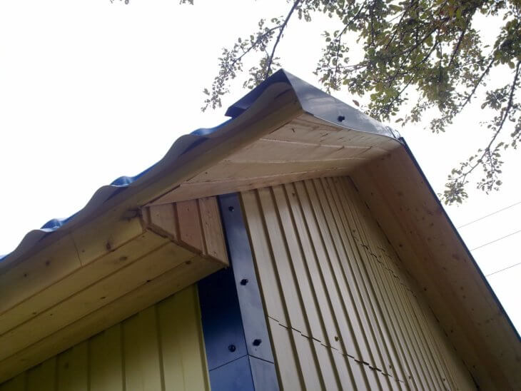 Обшивка дома профнастилом в фото