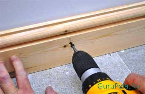 Плинтус деревянный: характеристики, преимущества и особенности установки в фото