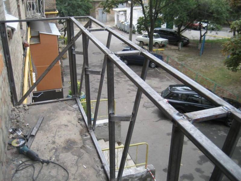 Поэтапное возведение каркаса для обшивки балкона в фото
