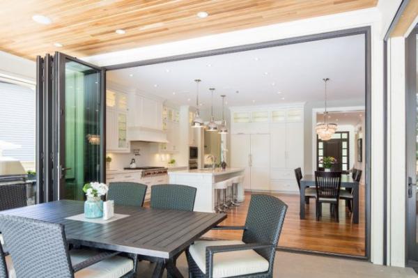 Складная дверь на кухню: в поисках достойной альтернативы традиционности