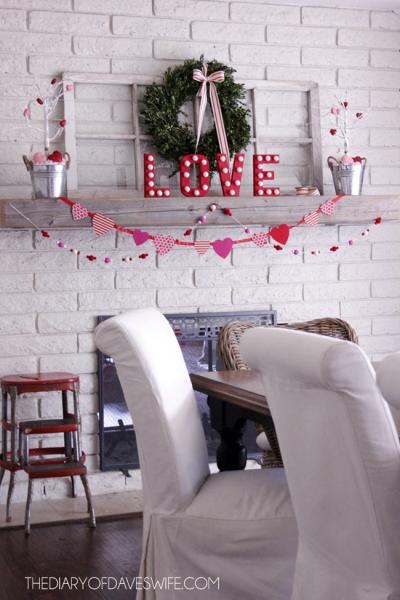 Украшение камина ко Дню святого Валентина в фото
