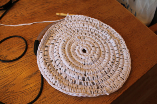 Вязаный светящийся коврик в фото