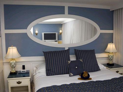 Зеркала – самый простой способ увеличить небольшой интерьер в фото