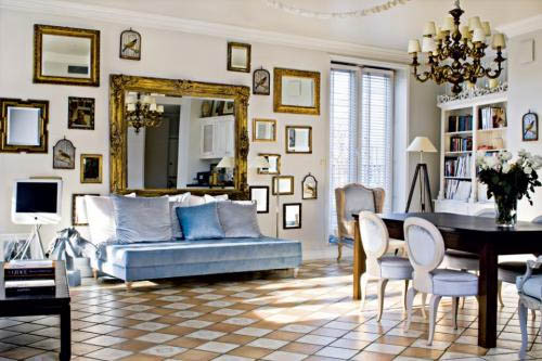 Зеркала в интерьере гостиной: некоторые варианты использования в фото